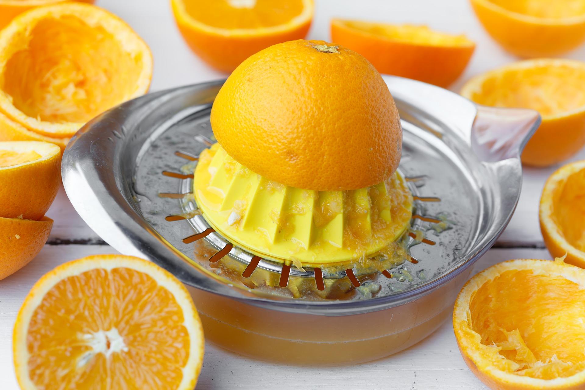 haciendo jugo natural de naranja