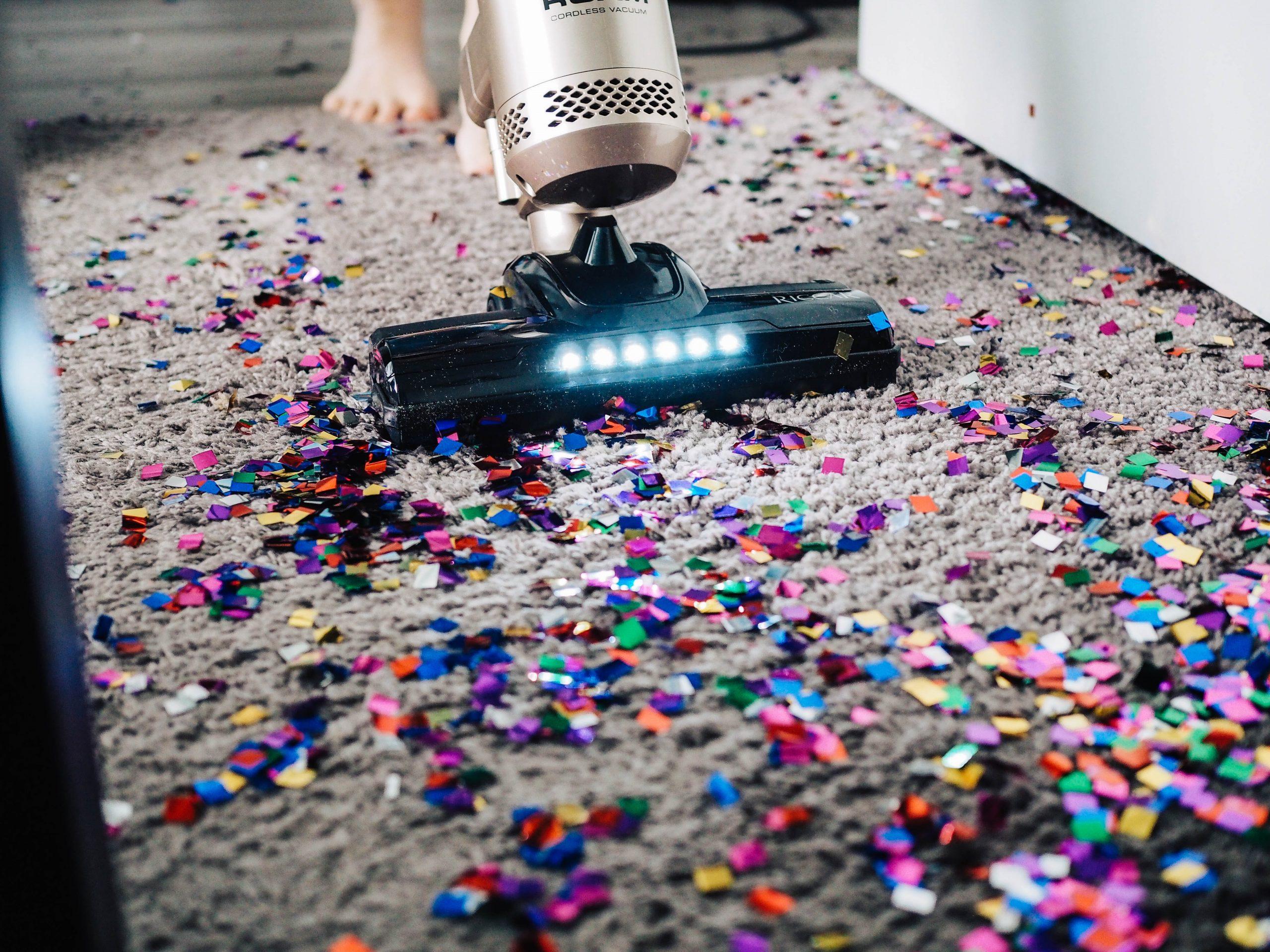 Aspiradora limpiando alfombra muy sucia