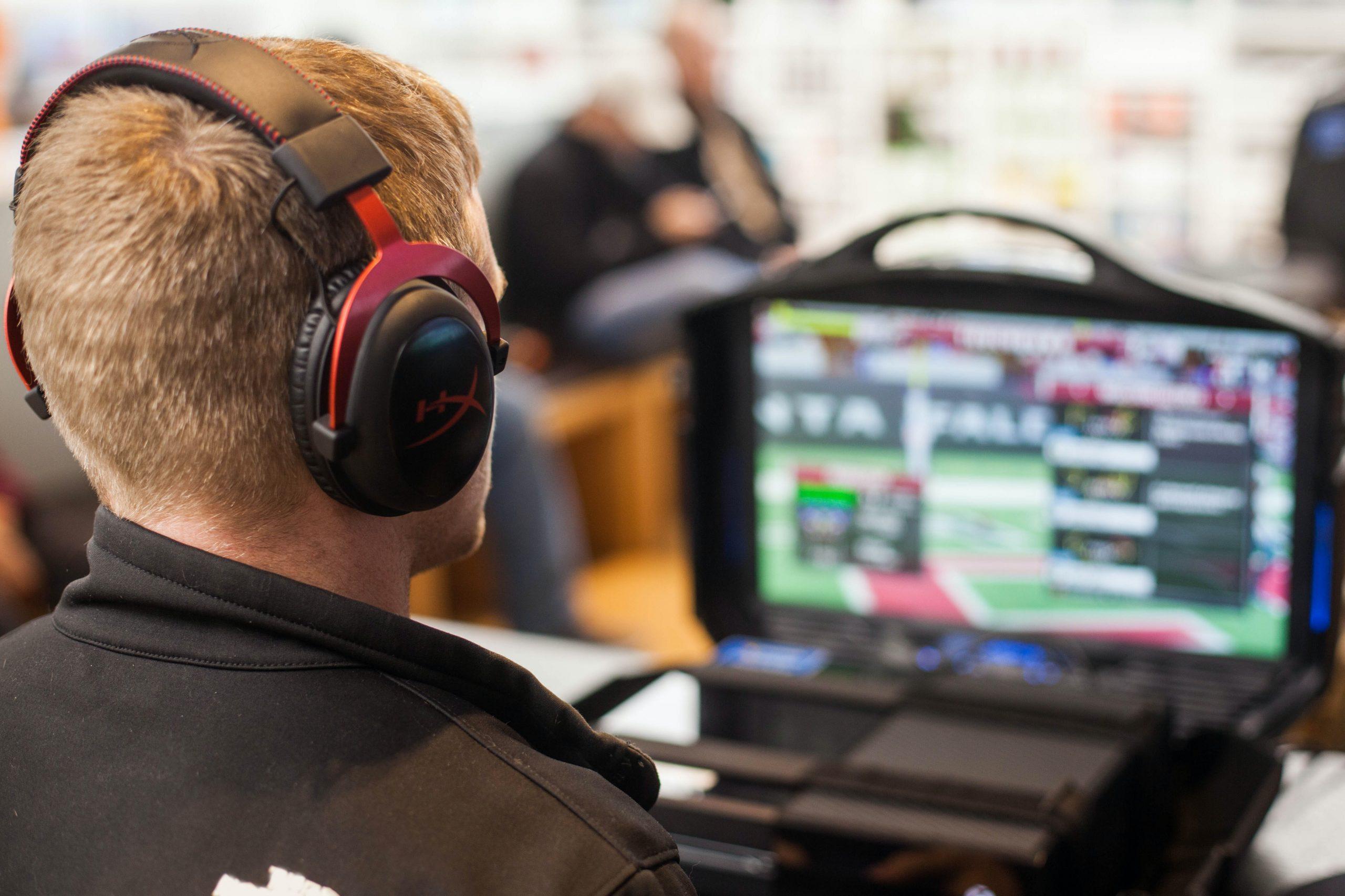 Chico gamer usando Auriculares gaming