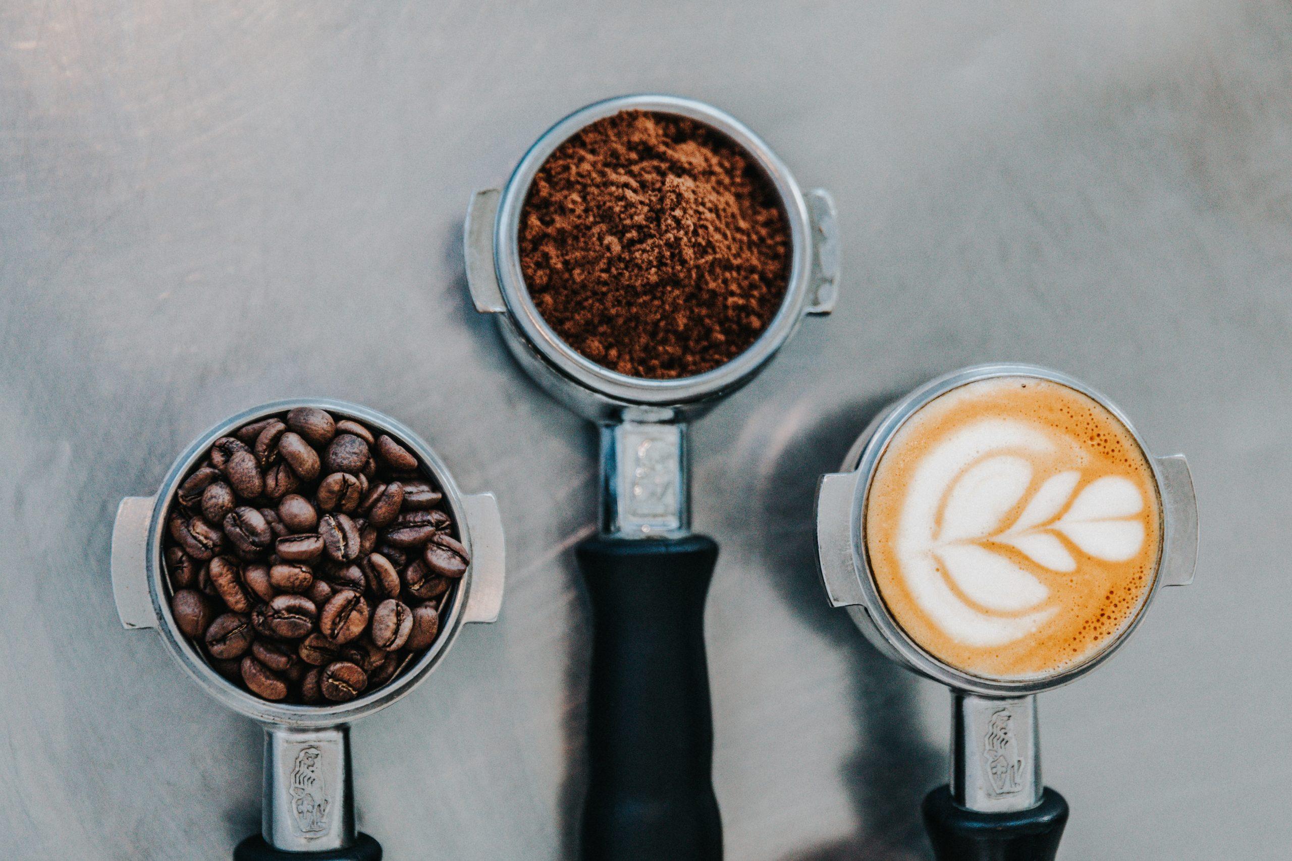 Imagen de cafe en granos late y capuccino