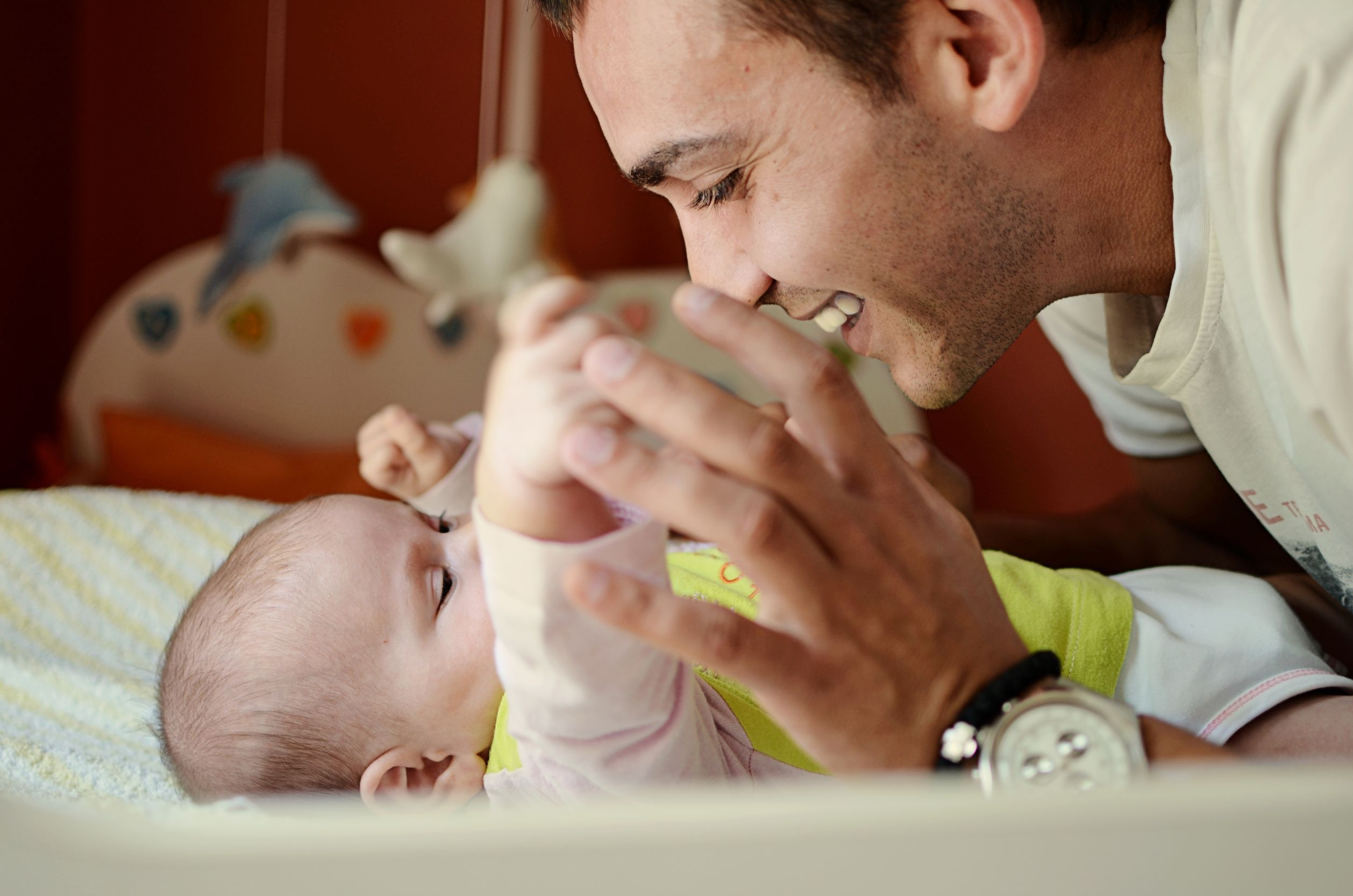 Momento s felices de un papá con su bebé