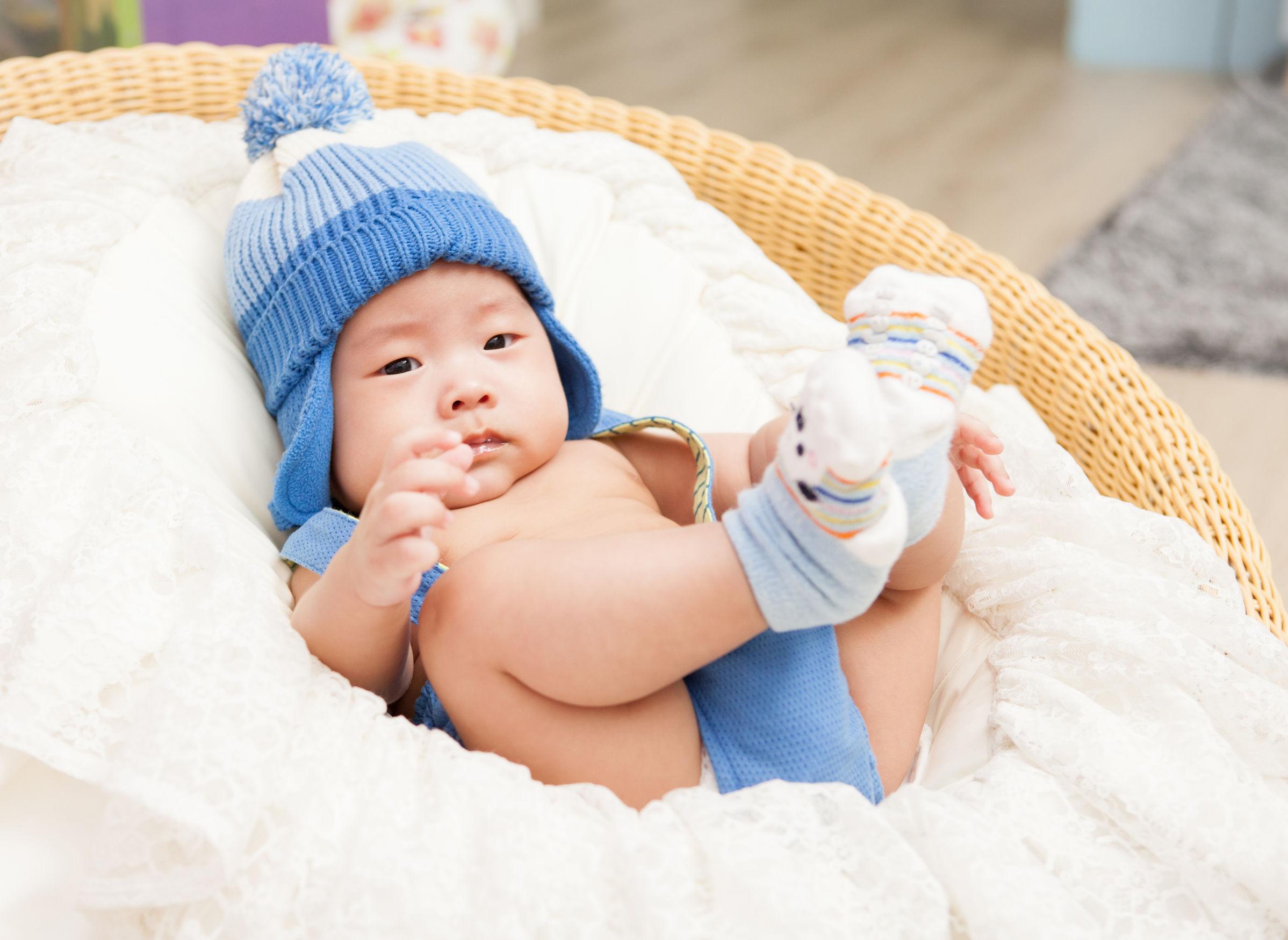 Mentir bebé bastante asiático.
