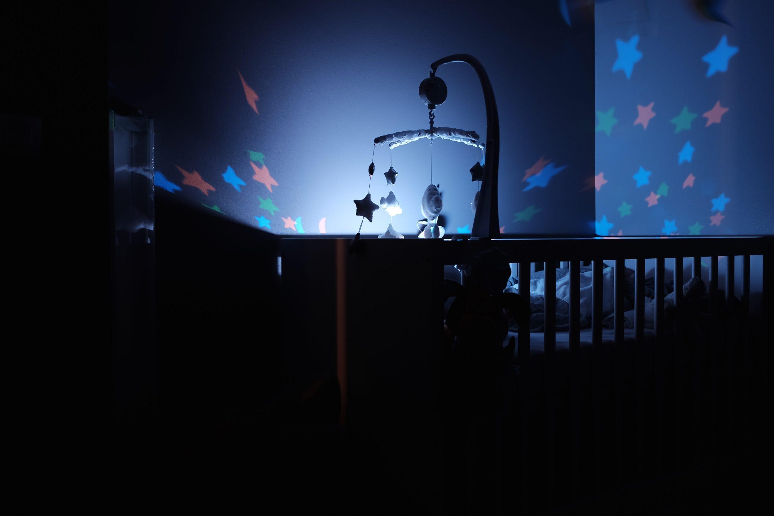 Cuna de bebe con lampara de noche