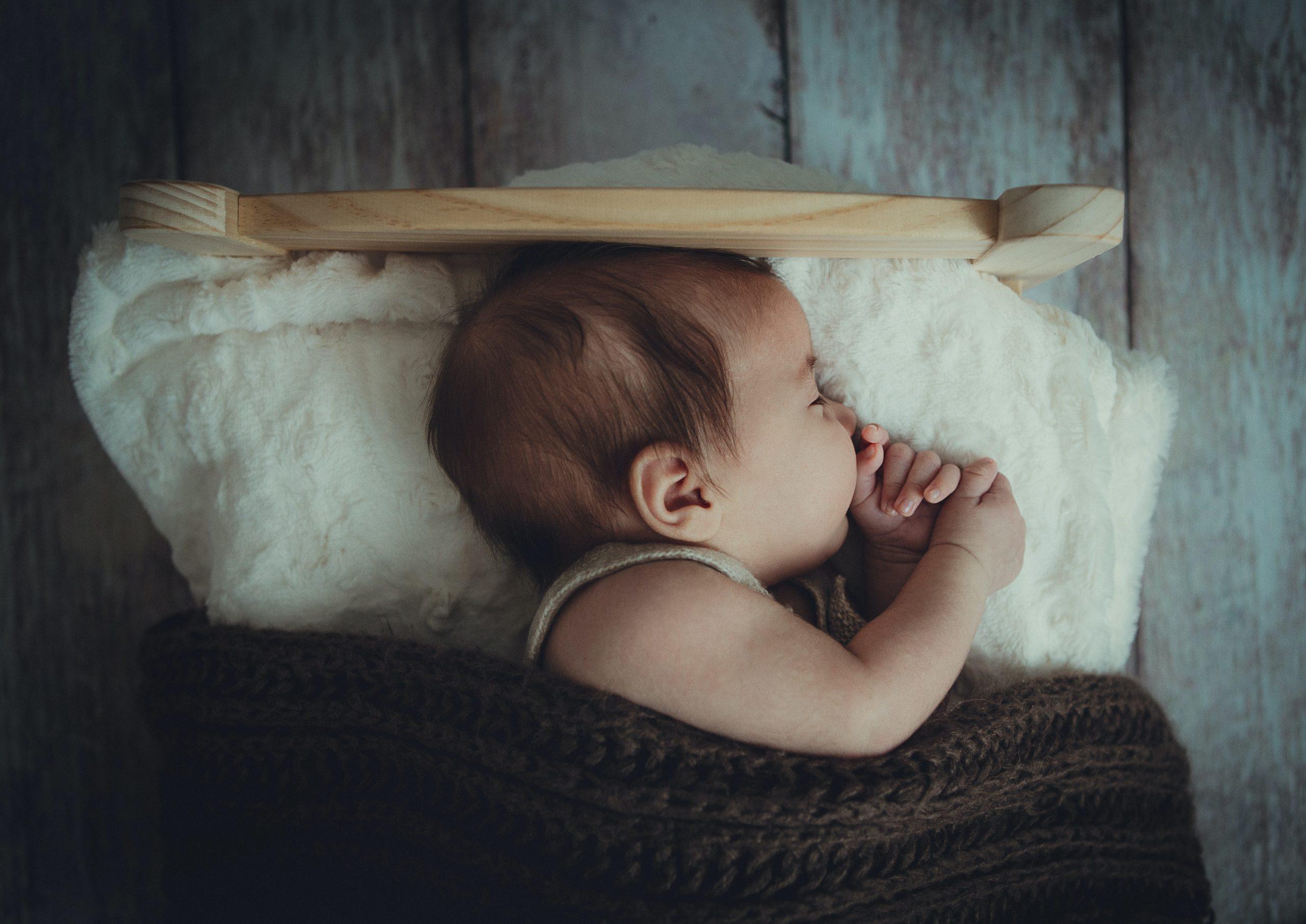 Imagen de bebe durmiendo en cómodas sabanas