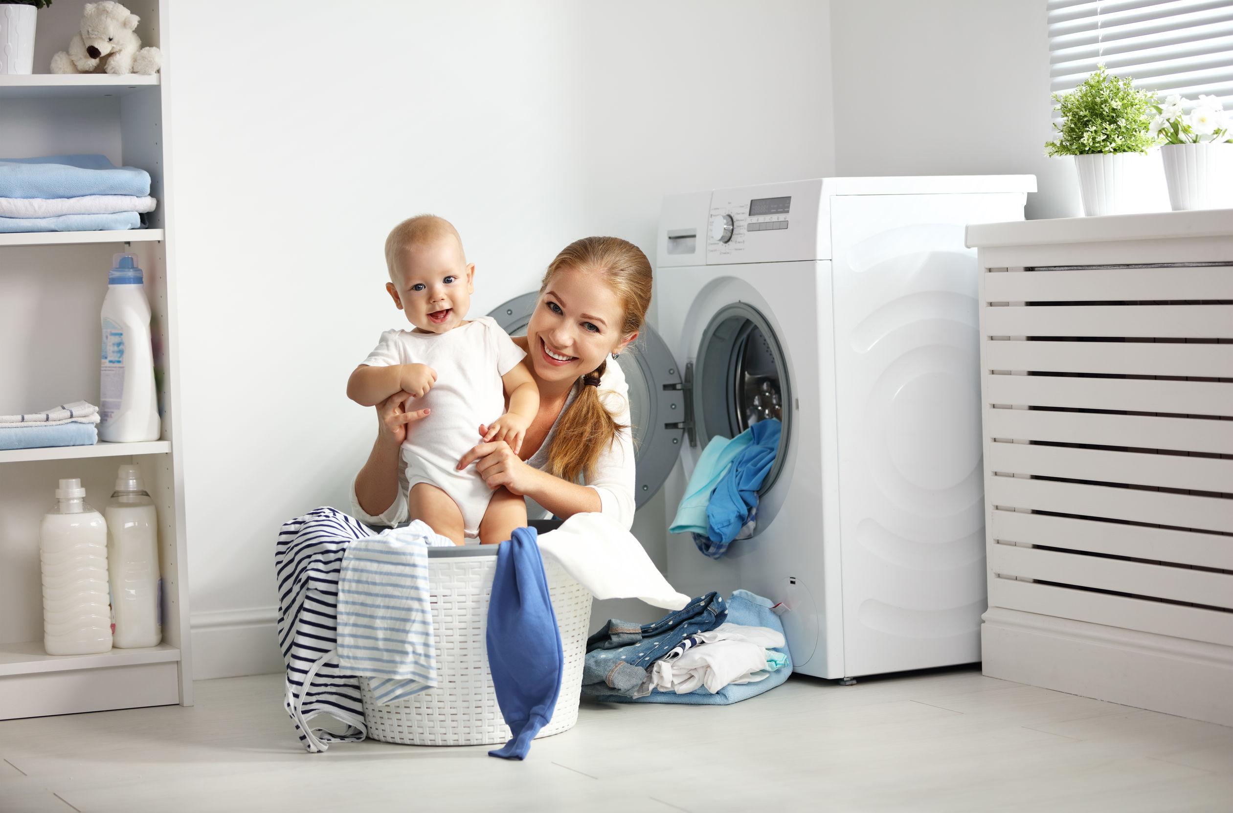 madre con bebe en lavandería