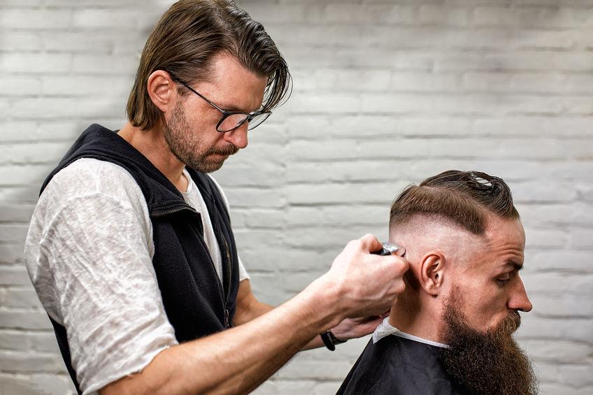 hombre en barberia cortando cabello