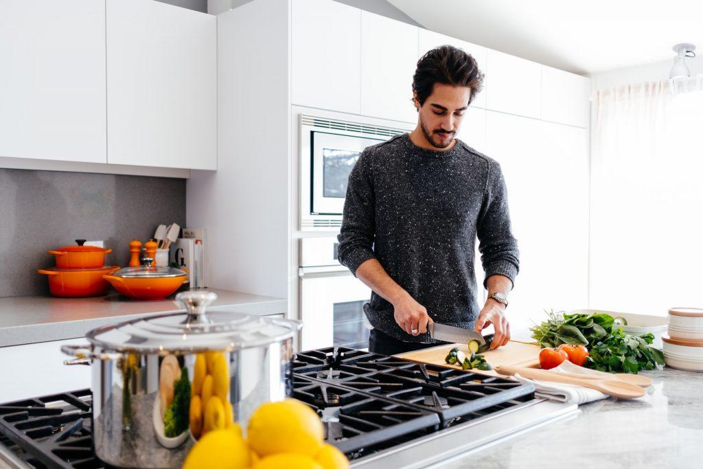 hombre cortando en cocina