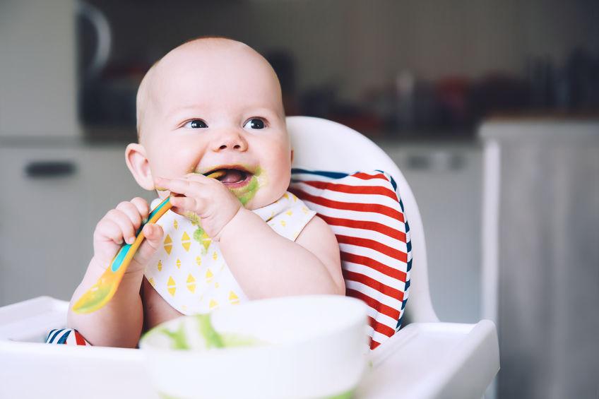 niño siendo alimentado