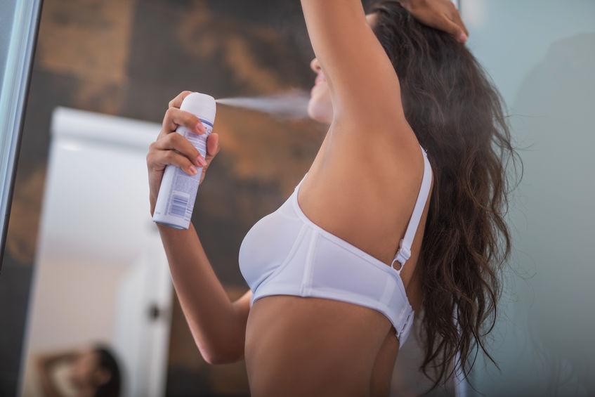 chica usando desodorante