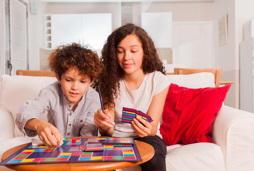 niños jugando juegos de mesa con cartas