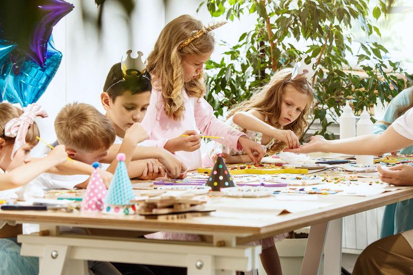niños jugando en fiesta infantil