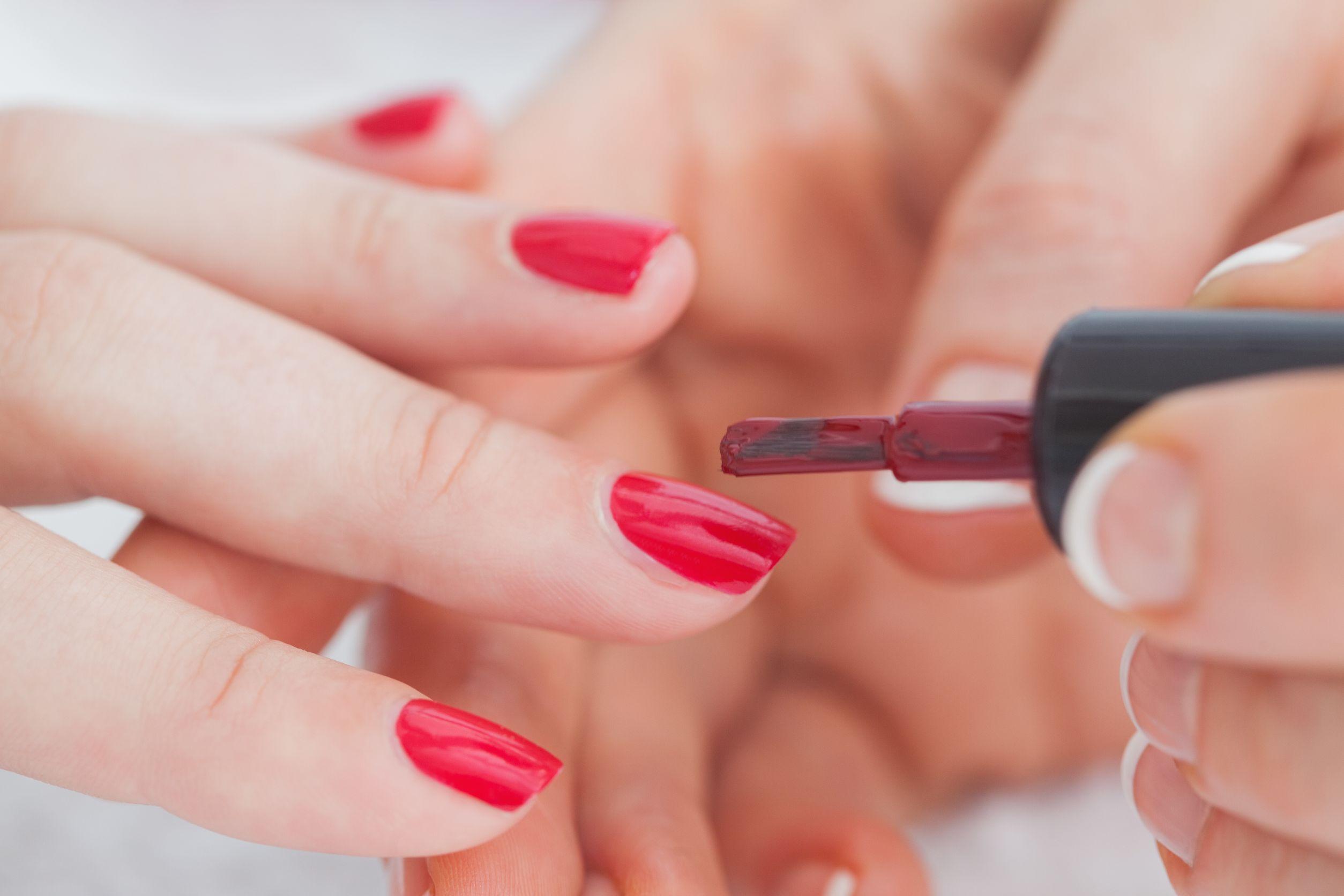pintando uñas de rojo