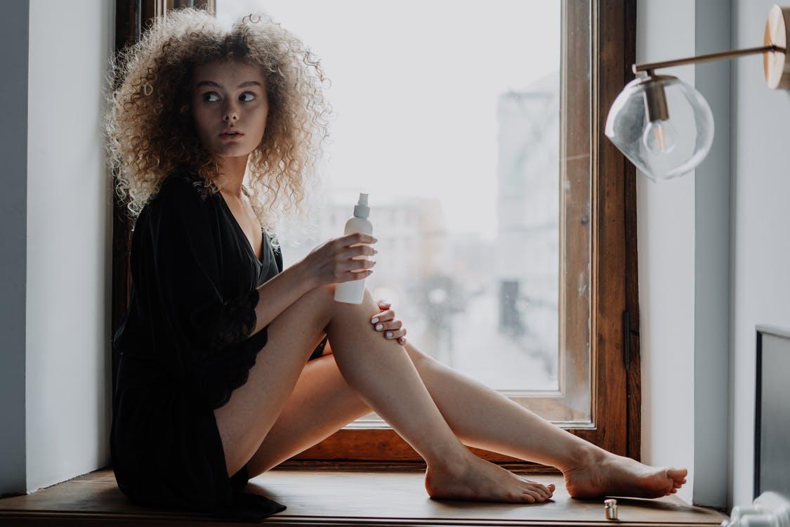 chica con desodorante