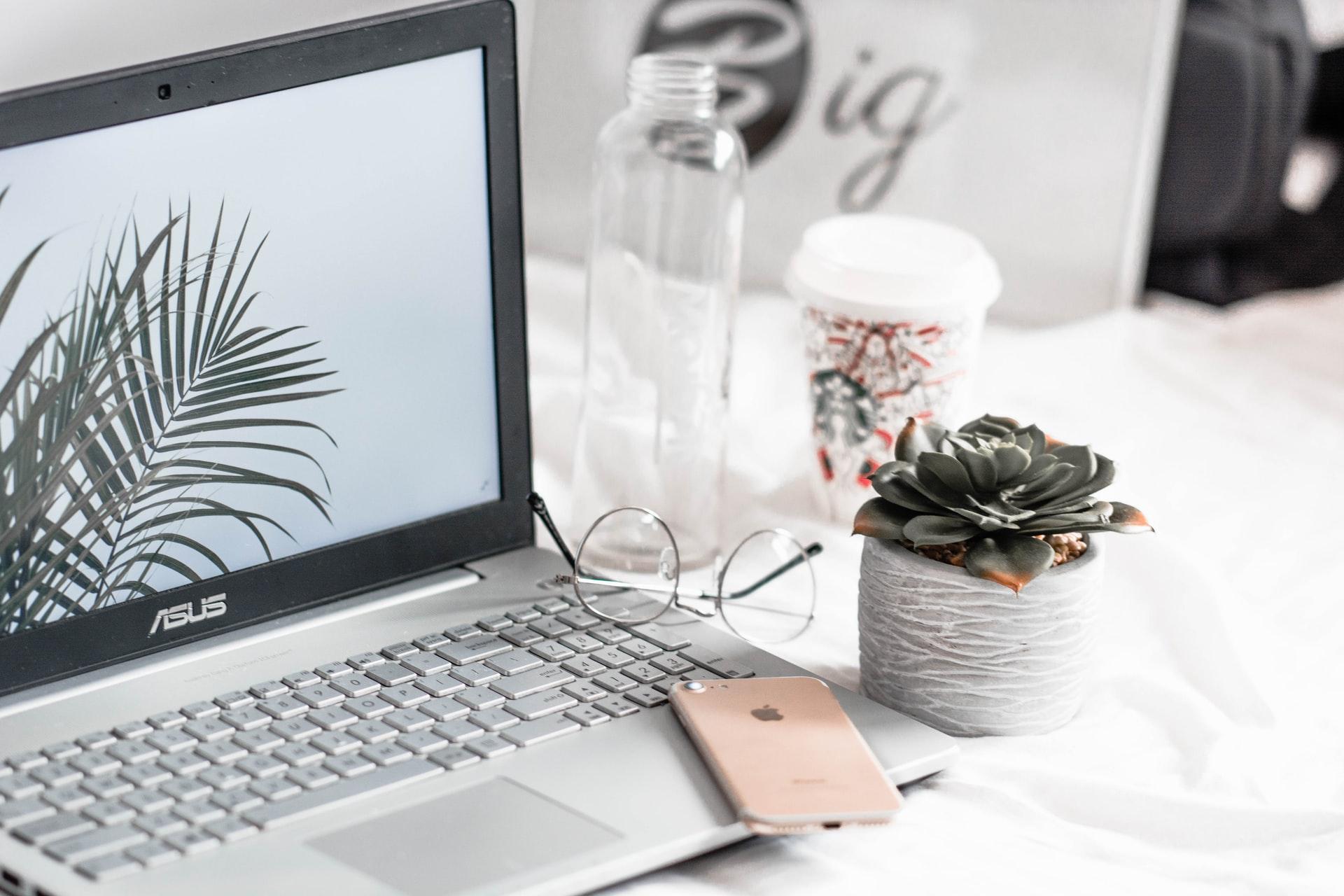 laptop en escritorio minimalista