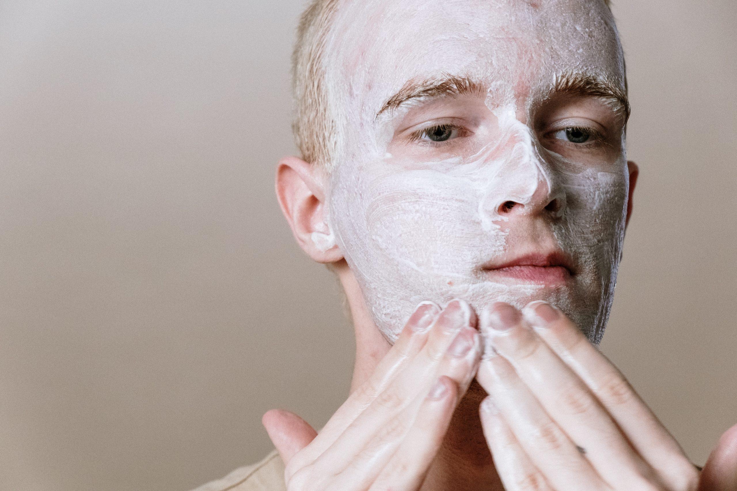 hombre depilandose