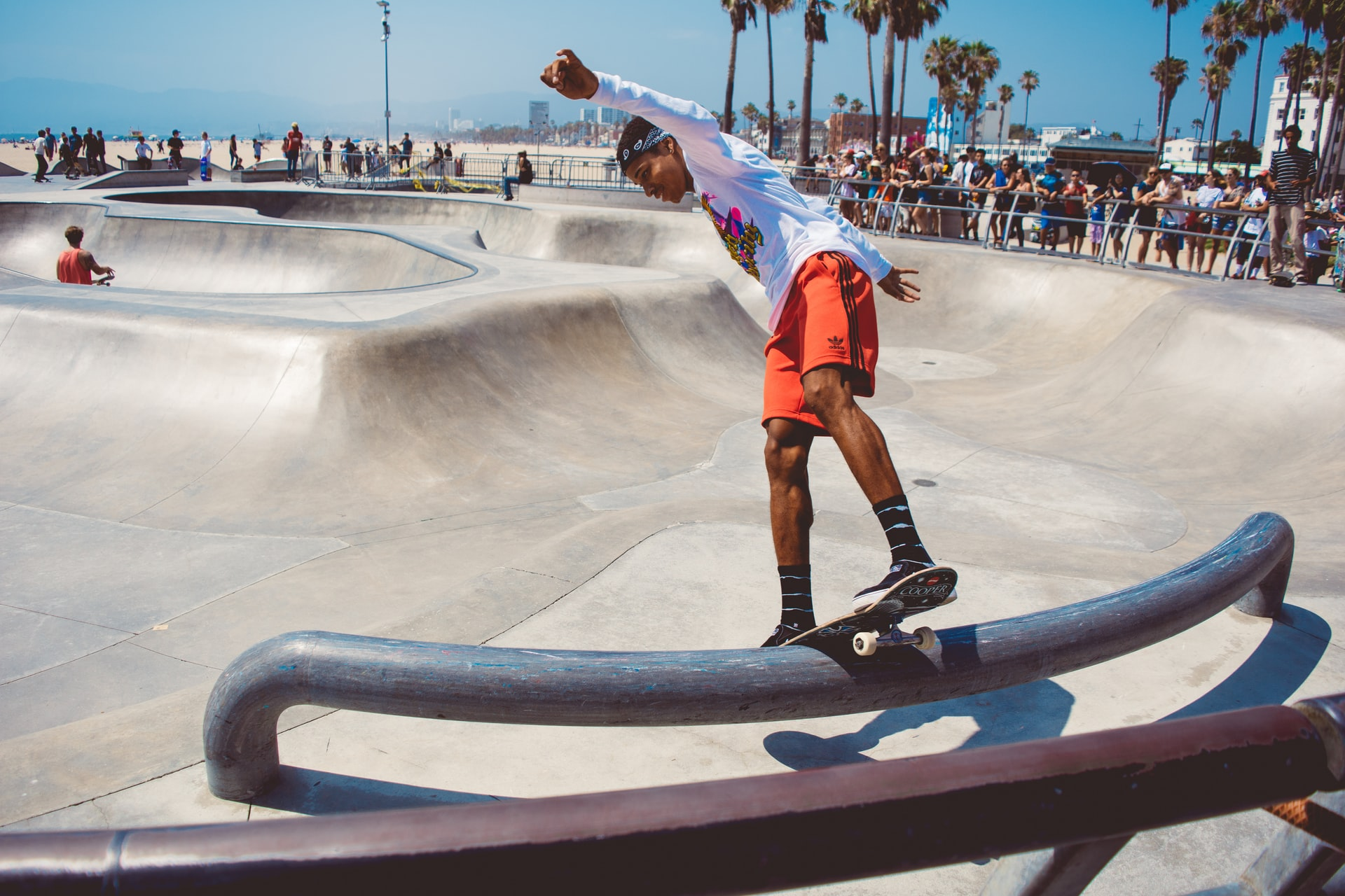 chico con tabla de skate sobre tubo