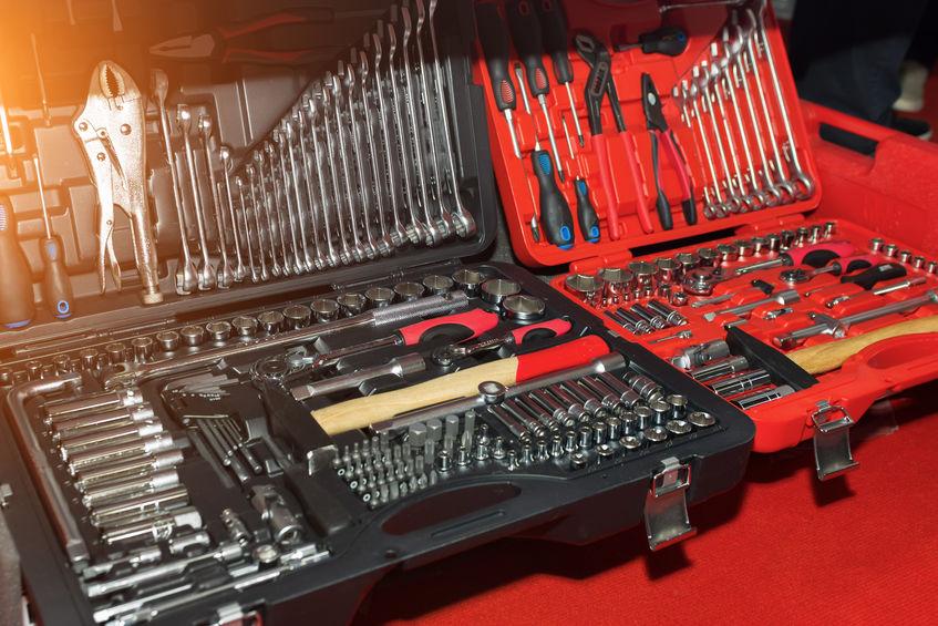 herramientas en maletines de diferentes colores