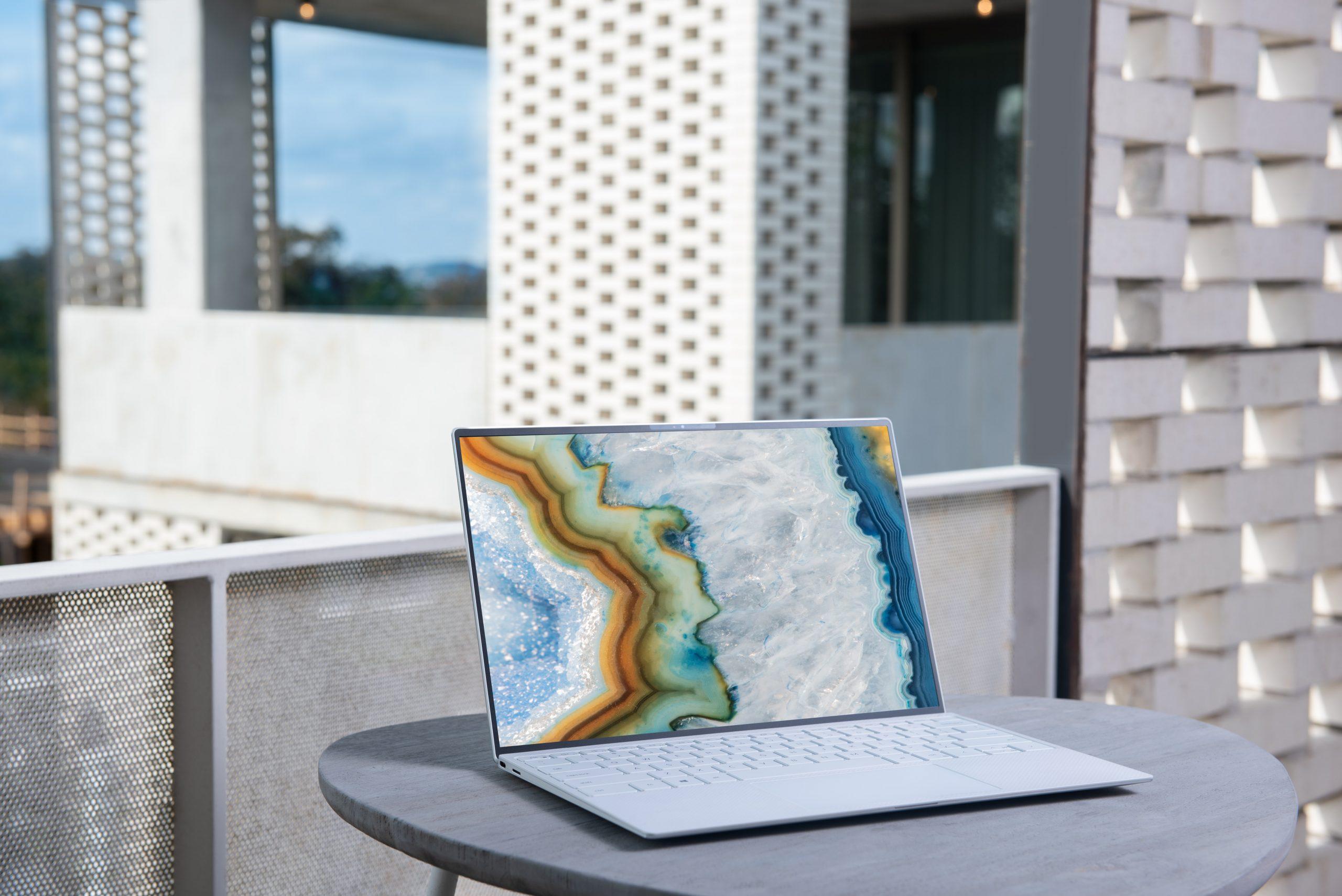 computadora blanca en mesa
