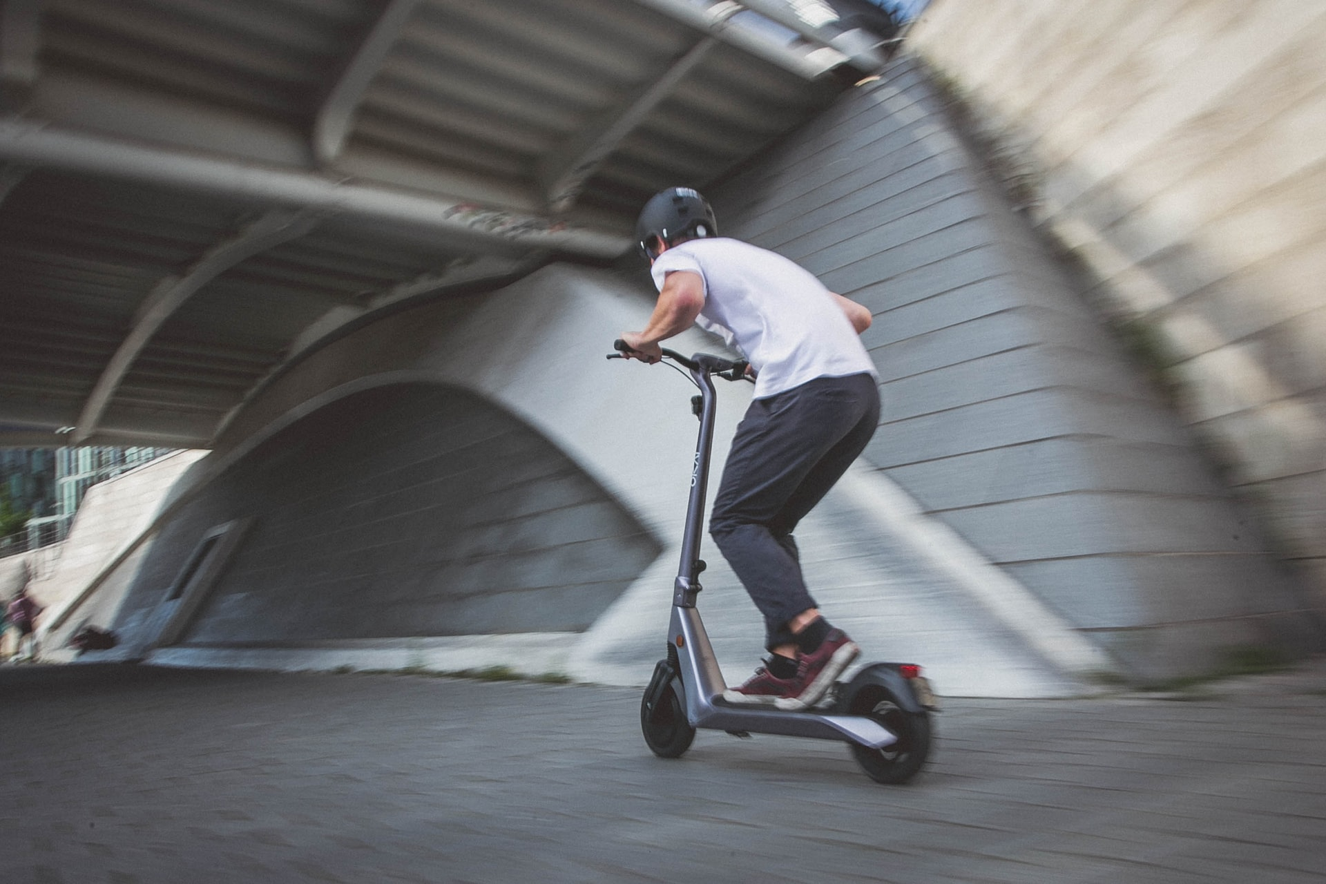 chico en patineta a gran velocidad