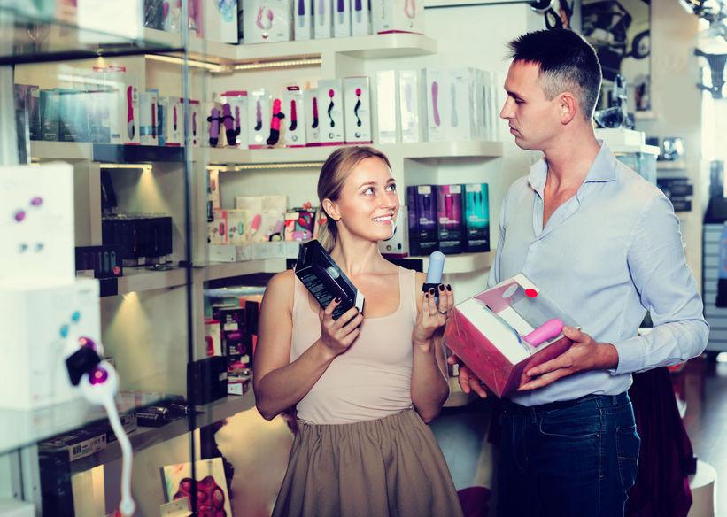 pareja en sex shop