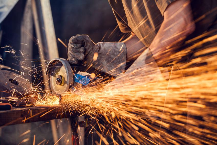 amoladora dewalt cortando hierro