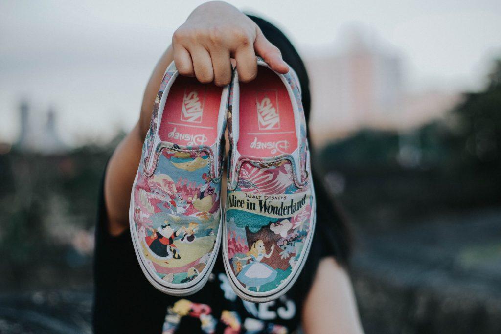 chica con zapatillas