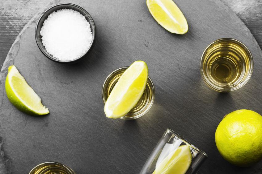 shot de mezcal con limón