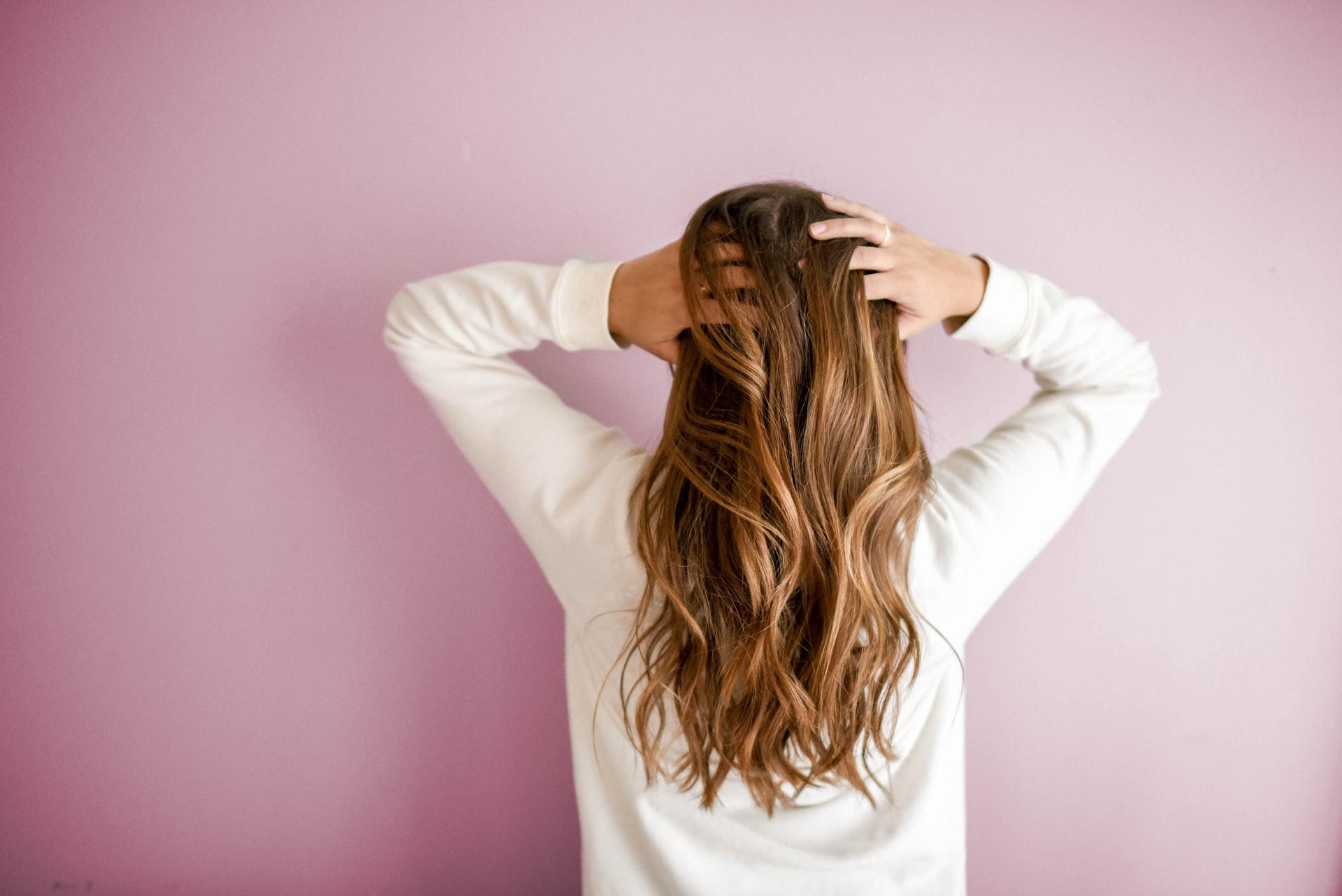 chica con cabello lacio