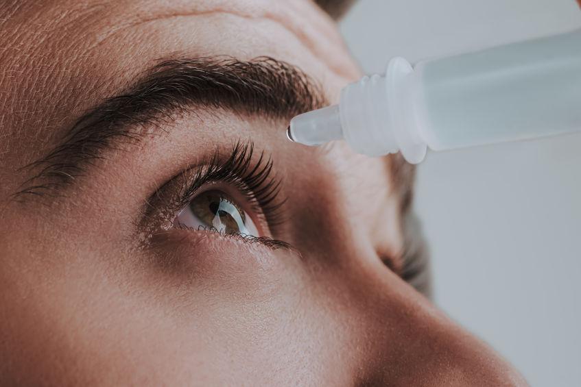 aplicando gotas para ojos