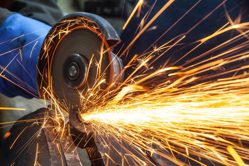 cortando tubo de metal