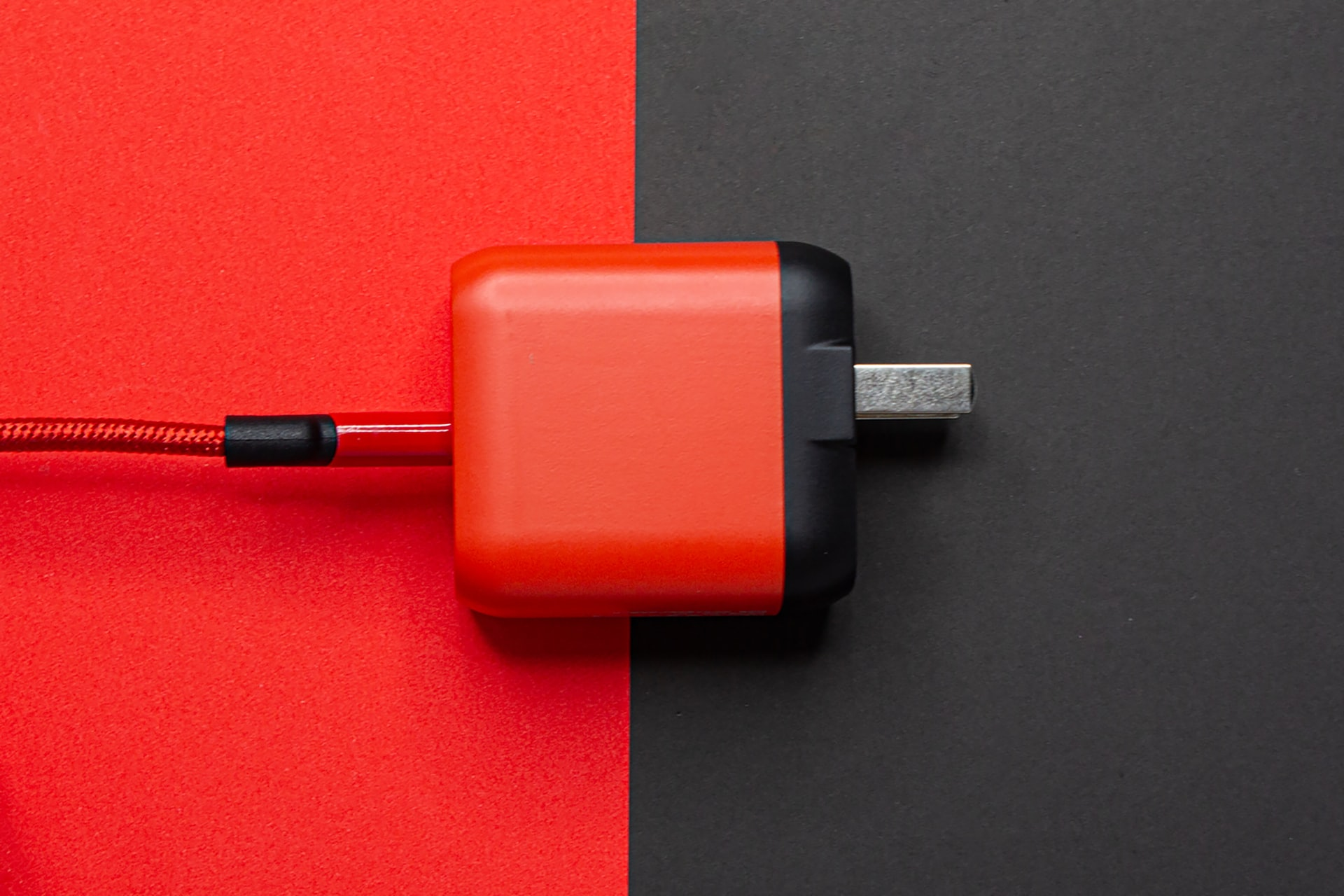 enchufe en rojo y negro