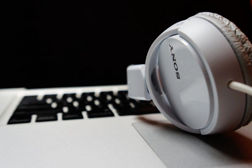 auriculares blanco en laptop