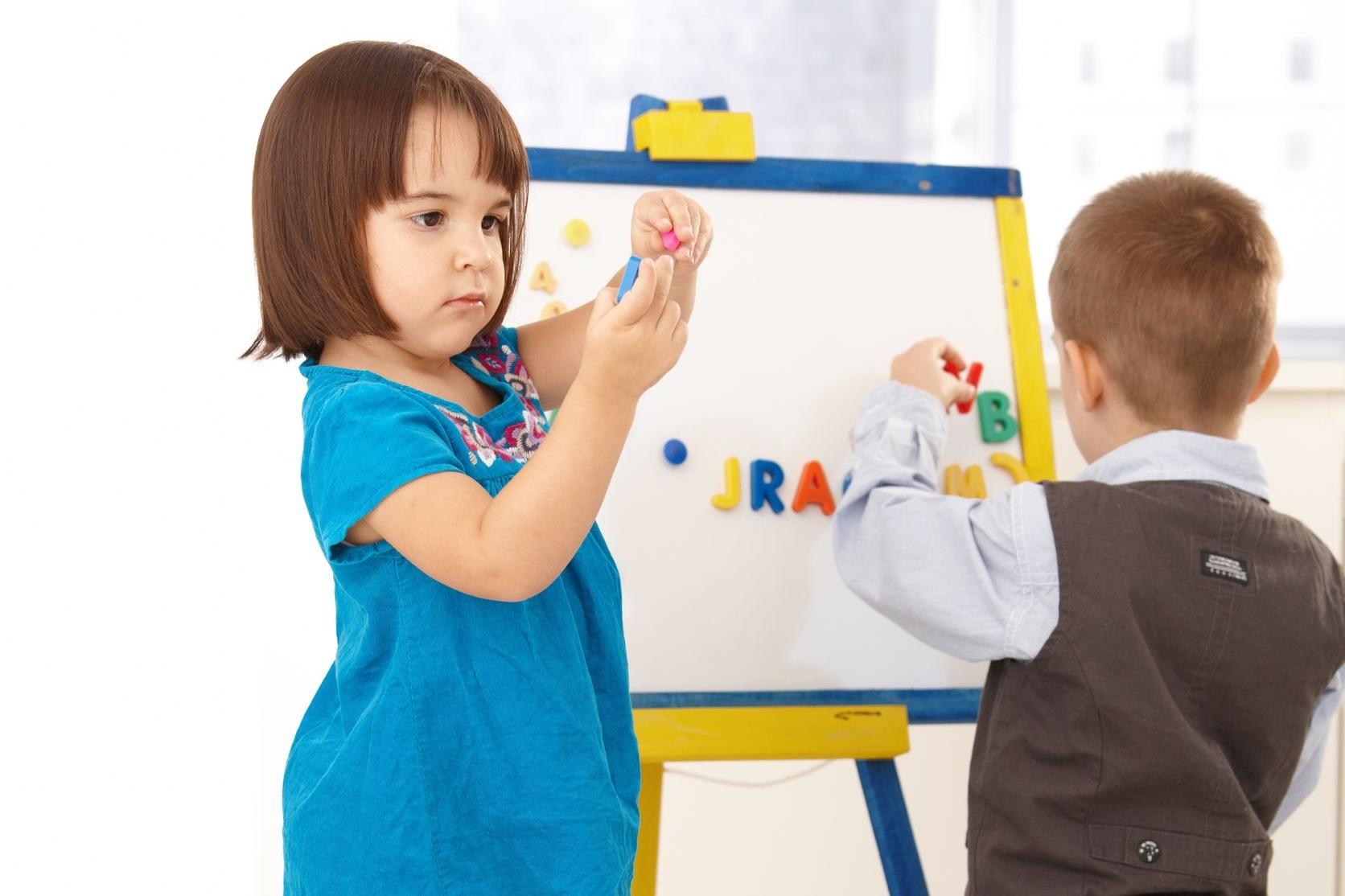 niña jugando con pizarra