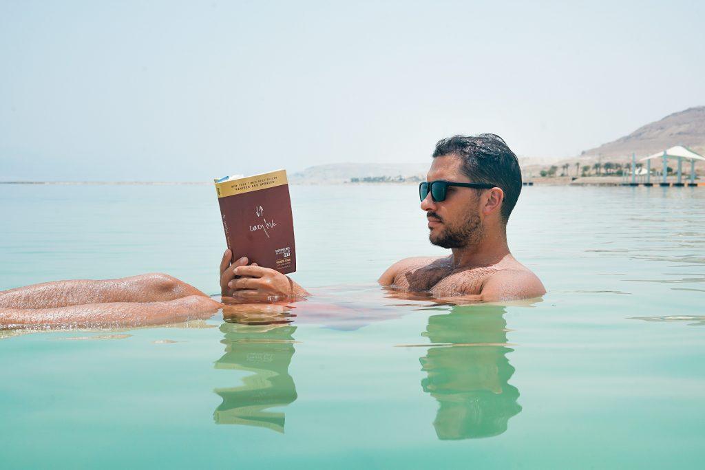 hombre leyendo en agua