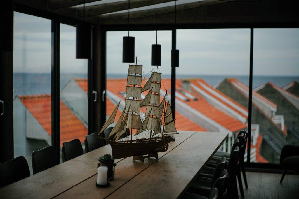 barco sobre mesa