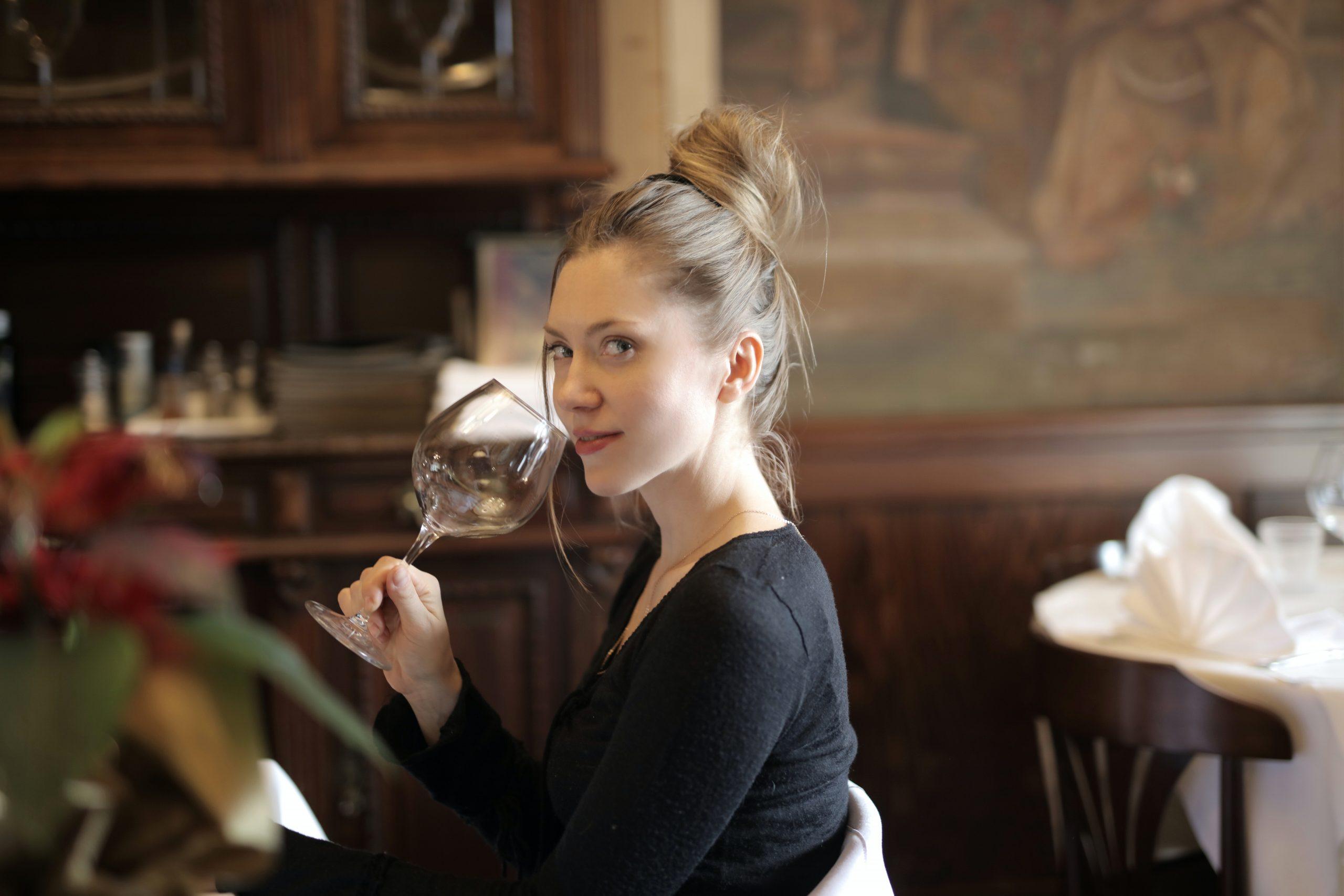 chica tomando vino