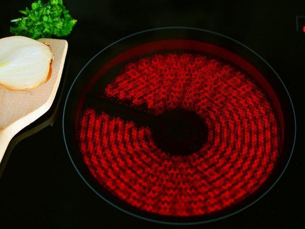 Una ventaja de las placas vitrocerámicas es que son fáciles de limpiar. (Fuente: Cottonbro;4108712/pexels.com)