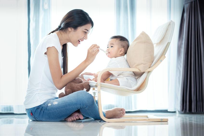 mujer allimentando bebe