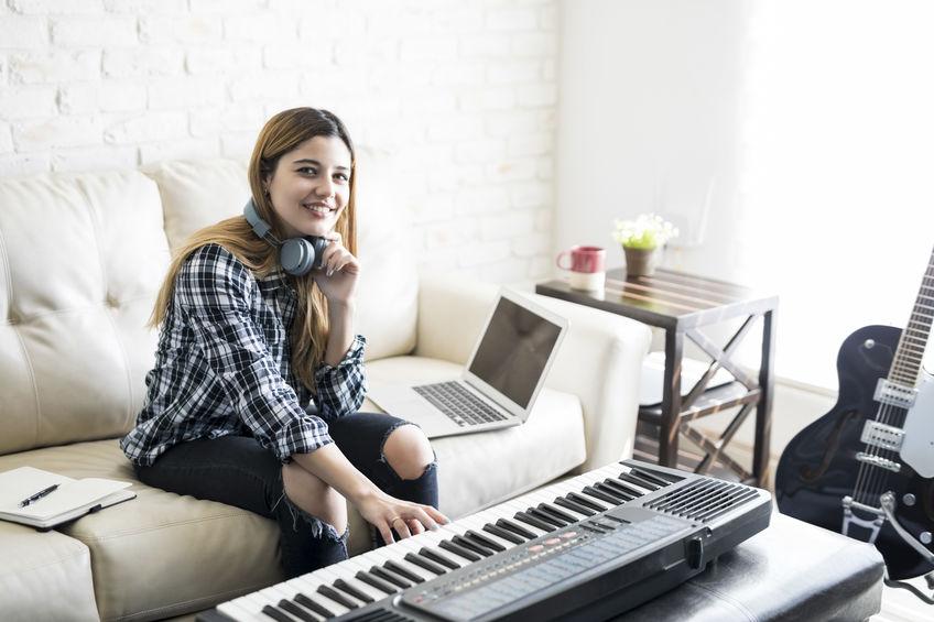 chica practicando en teclado