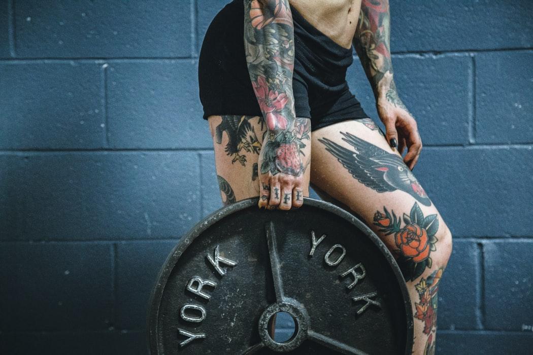 chica con pesa