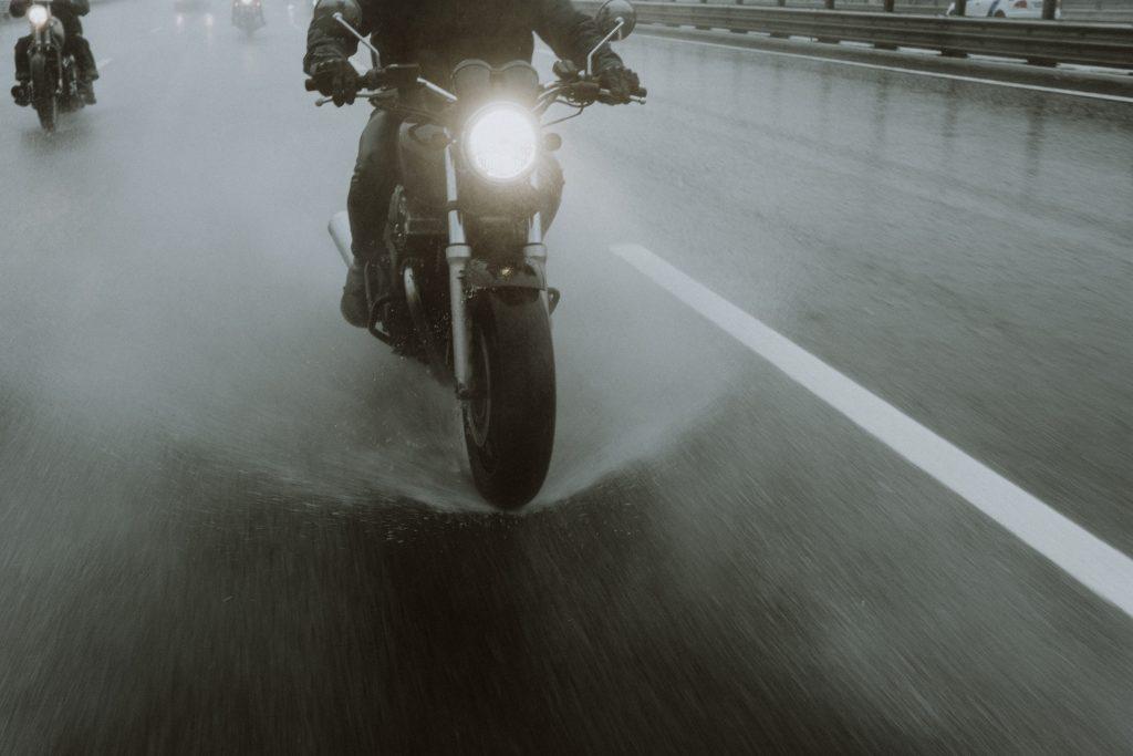 ciclista en lluvia