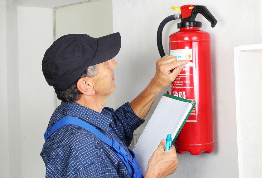 Hombre con extintor rojo