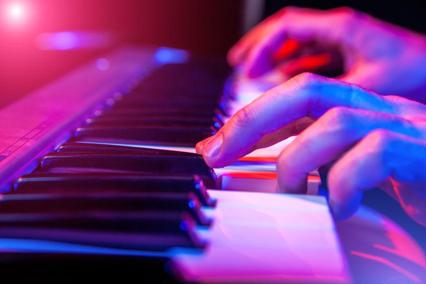 tocando piano electrico