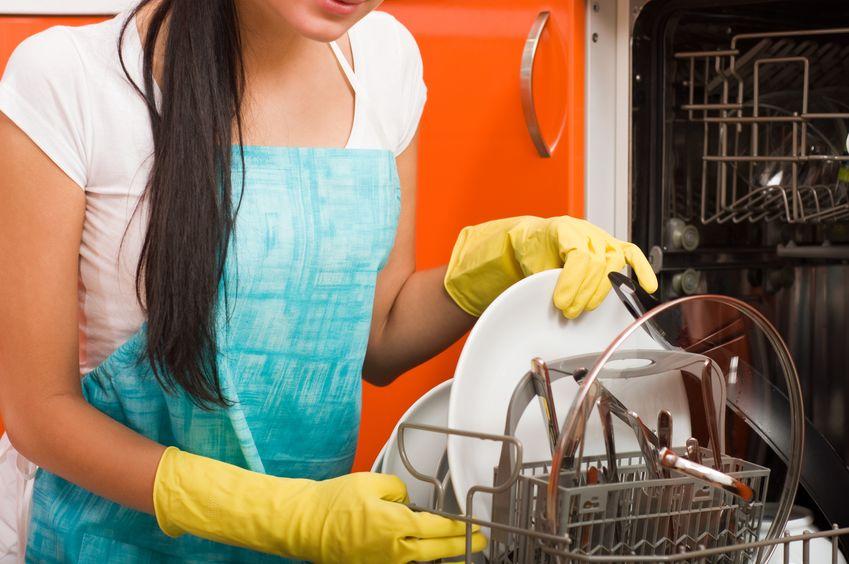 chica lavando platos