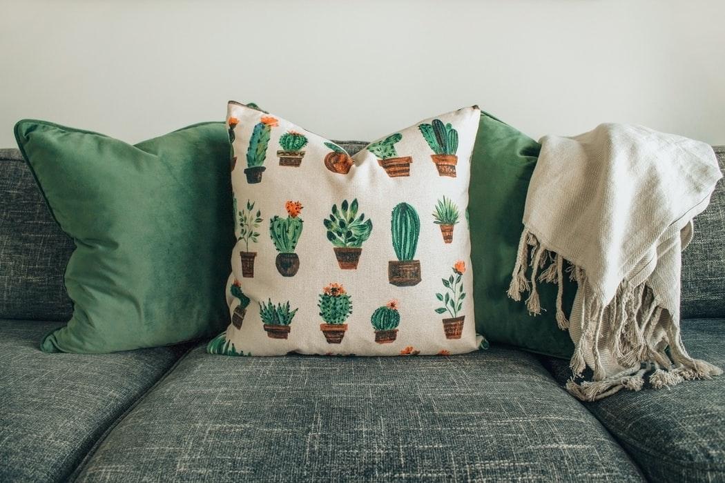 sofa con mantas