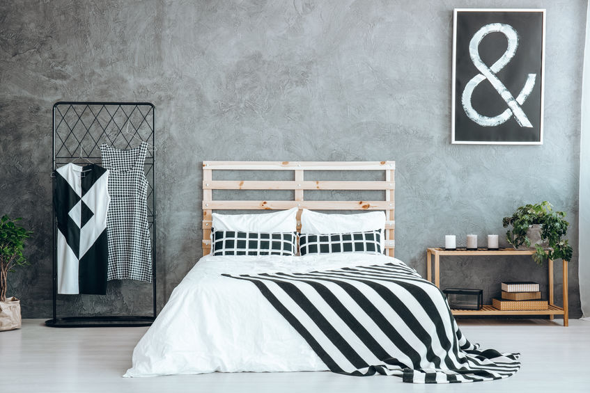 cama con muchas mantas