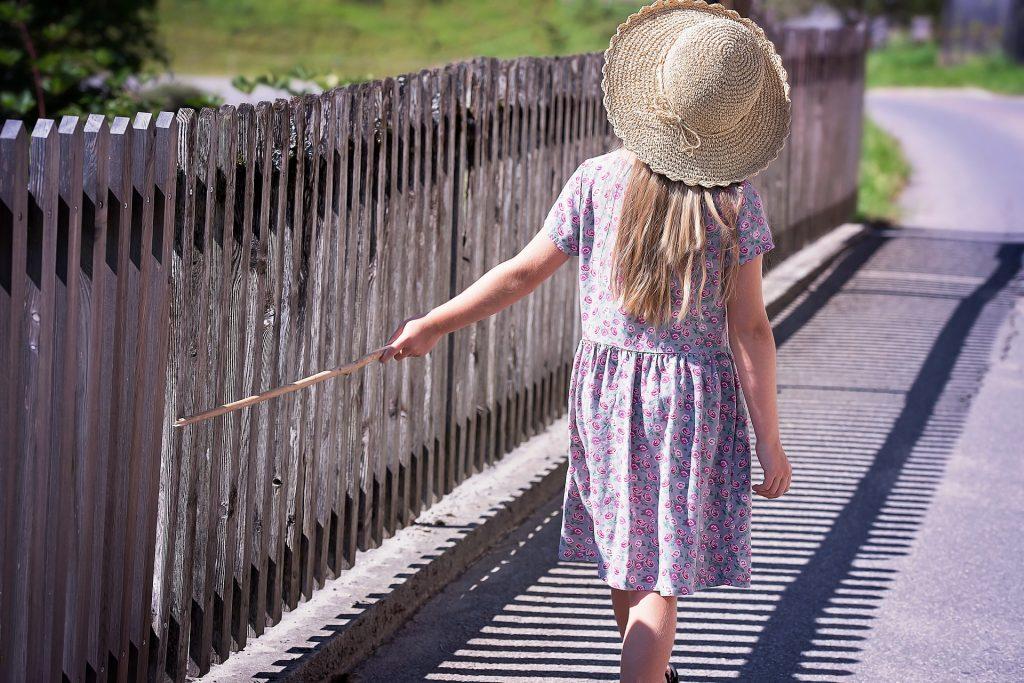 niña caminando
