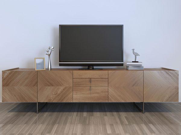 "TV spintelė su plazma ir dekoracijomis, ruda ""IKEA"" spintelė su sidabrinėmis dekoracijomis ir rėmeliu.  3d render"
