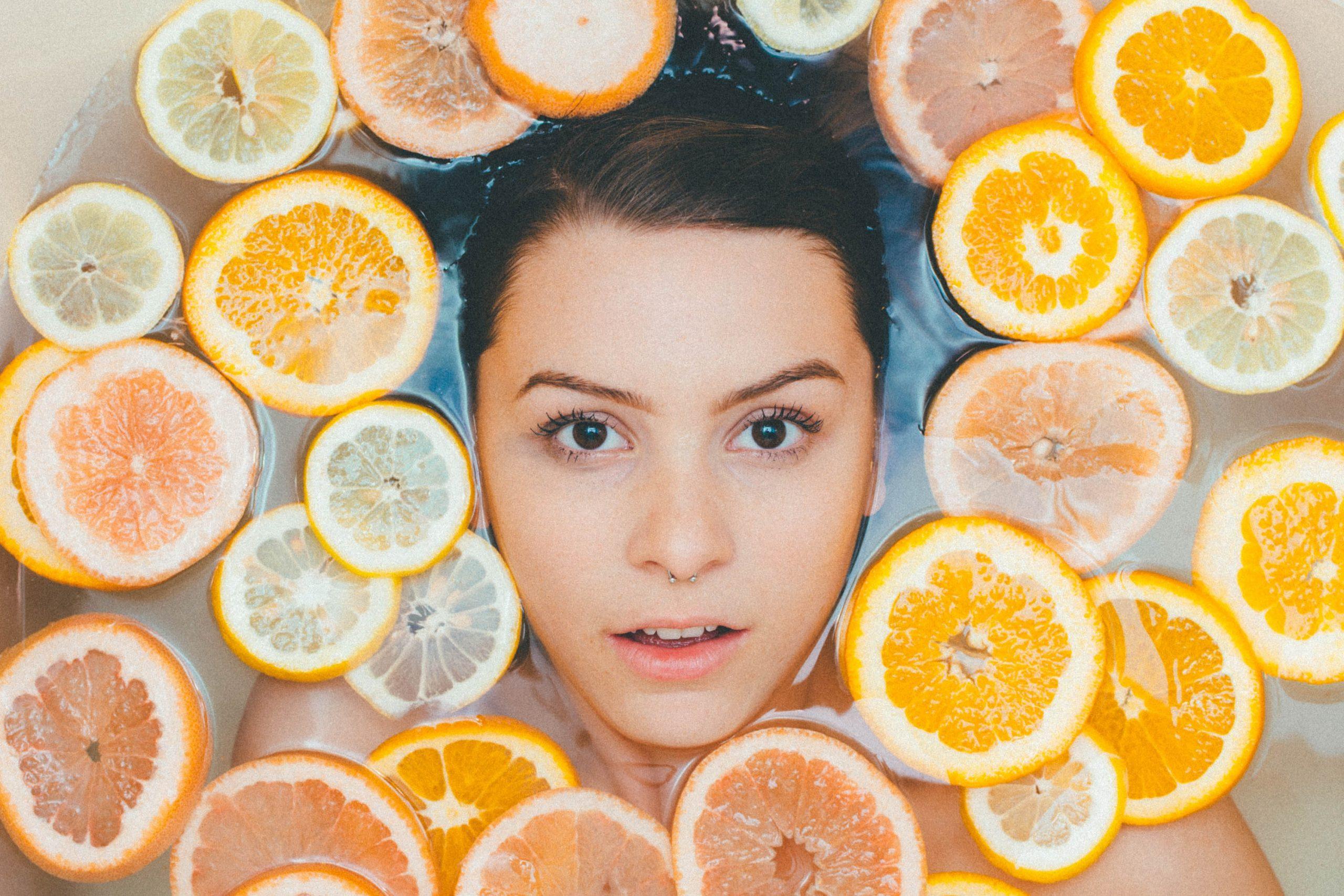 chica con citricos