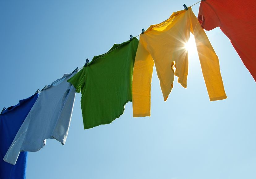 tendedero con ropa de color